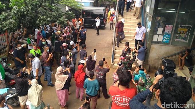 Update, Anies ke Pasar Cengkareng, Warga Berkerumun Nyanyi Ultah-minta Selfie