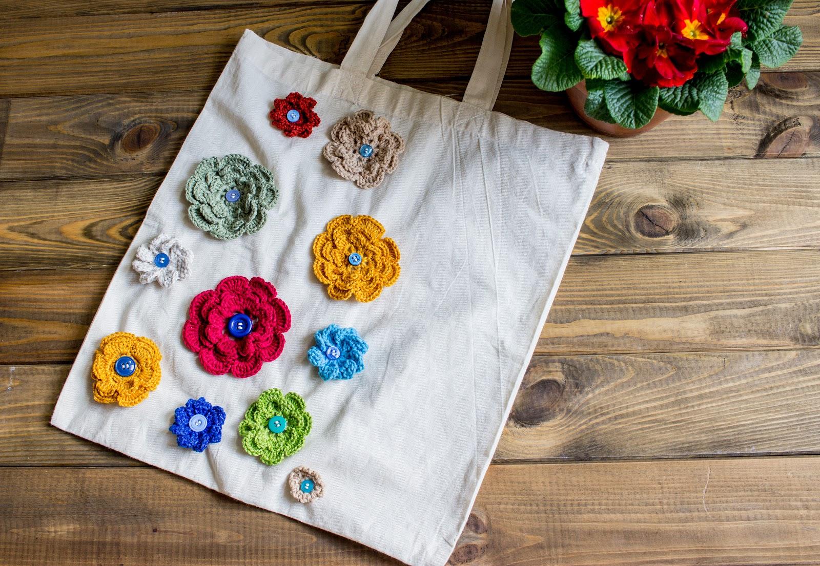 Anleitung für eine Stofftasche mit applizierten Häkelblüten für den Frühling.