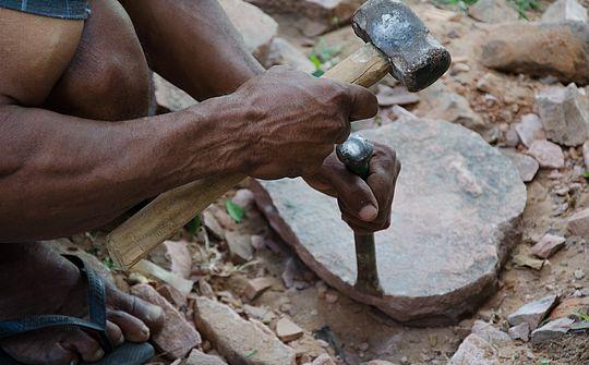 Mestre cortando peça (Foto: Divulgação Iphan)