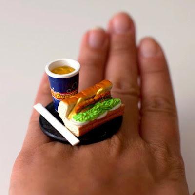 anillo con un sandwich y un refresco.