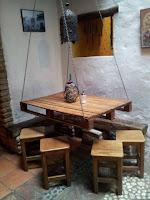 mesa colgante hecha con palets de madera