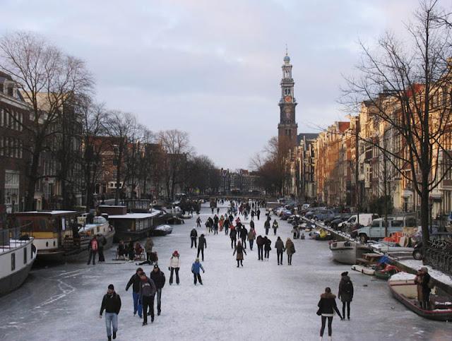 Patinação no gelo em janeiro em Amsterdã