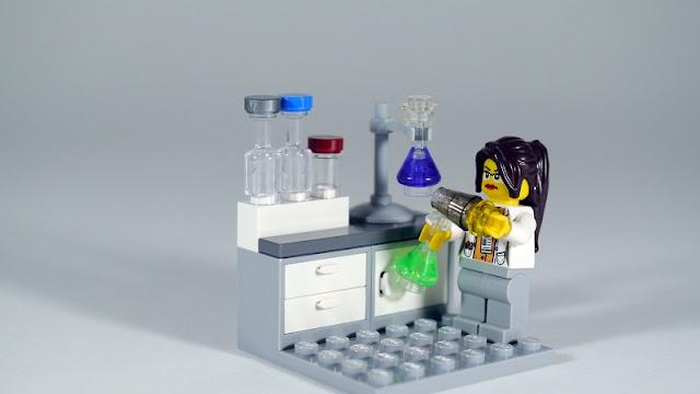 ilmuwan lego yang lucu sedang melakukan penelitian di laboratorium