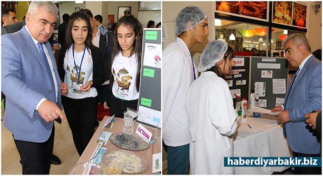 DİYARBAKIR-Diyarbakır'ın Yenişehir ilçesinde bulunan Sezai Karakoç Anadolu Lisesinde TÜBİTAK Bilim Fuarı ve Resim Sergisi düzenledi.