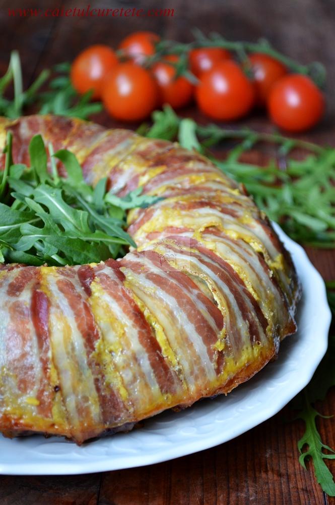 http://www.caietulcuretete.com/2015/04/drob-de-curcan-in-manta-de-bacon.html