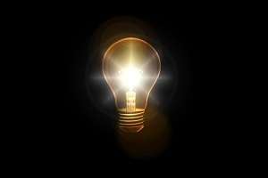 lampadina accesa con sfondo scuro