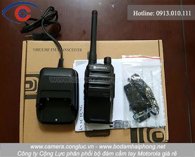 Trọn bộ sản phẩm bộ đàm cầm tay Motorola GP-600S.