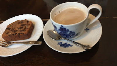 カフェ・グレのカフェオレと、ダークフルーツケーキ