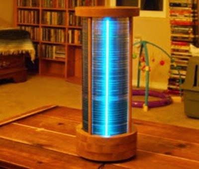 Lampu meja dari CD/DVD bekas