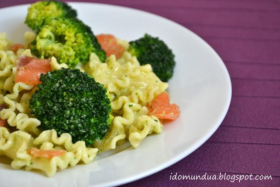 Pasta con brócoli, salmón y wasabi