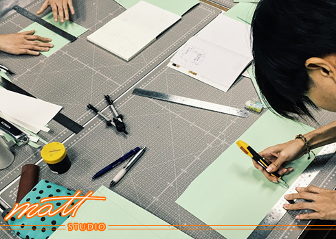 Matt Studio【專業車縫打版班】鑽研最新款的名牌包、以及自創款式,從選包、繪圖、製版、皮料裁切、車縫.....從無到有、一步步實現每個環節, 製作出屬於自己的皮件,最終邁向自行設計開發之路。 八堂課中會挑選三種包款深入研究, 仔細解說打版以及縫製技巧,就算是從來沒有製包經驗的新手, 一樣可以親手打造出耀眼包款。 Matt Studio是Matt老師創辦的專業皮包設計教室,提供真皮皮件手縫及車縫(機縫)教學、皮包打版、客製化商品、製包相關企業顧問等服務。