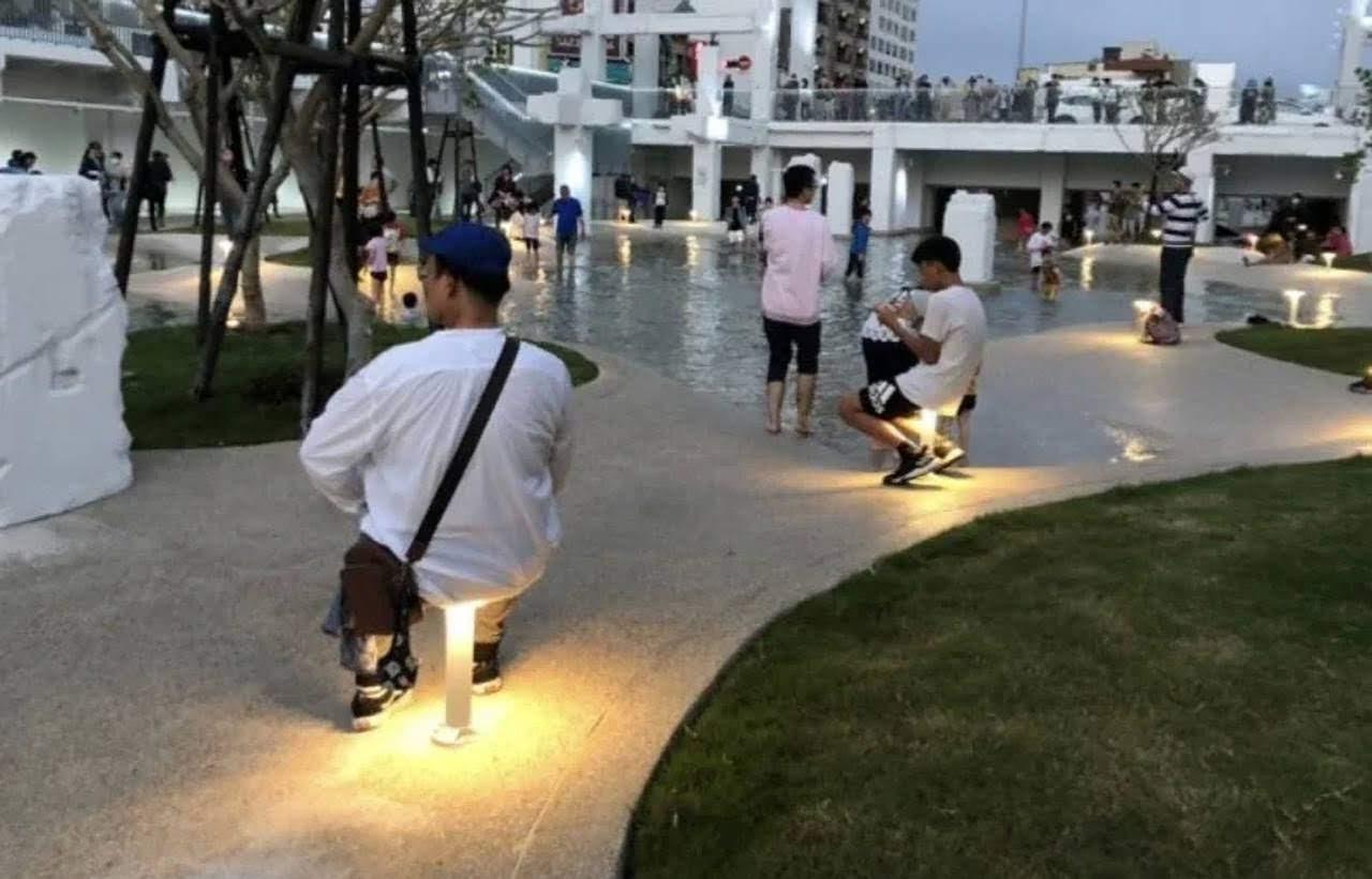不意外的公德心悲劇再度上演|河樂廣場開放3天|燈具被坐斷好幾支