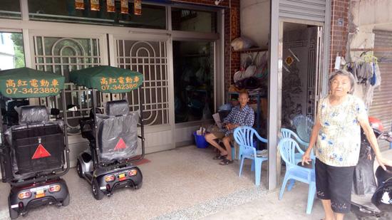 住在高雄杉林區的阿公阿嬤,有個貼心女兒幫他們各買一紅一銀的電動代步車。