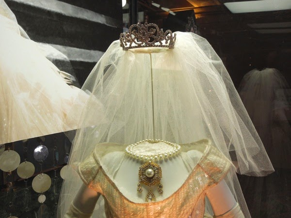 Miss Piggy wedding dress jewelry Muppets Most Wanted