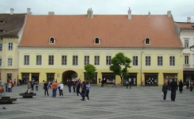 Casa generalilor cu gangul spre Piața Schiler