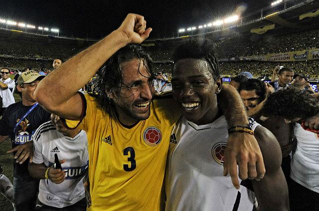 Mario Yepes y Carlos Sánchez. Selección Colombia. Todas Las Sombras. Fuente:http://todaslassombras.blogspot.com/2016/10/de-yepes-carlitos-sanchez_46.html