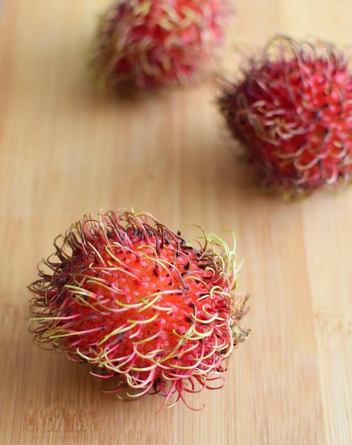 El rambután se consume crudo, aunque pueden hacerse preparaciones en almíbar o mermeladas; también se consiguen enlatados