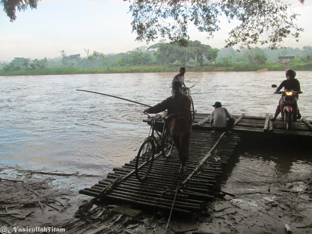 Rakit yang untuk menyeberangi sungai tiba