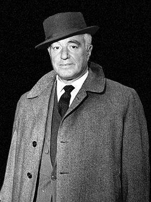 Imagen de Vittoria de Sica, con sombrero, traje y abrigo de paño