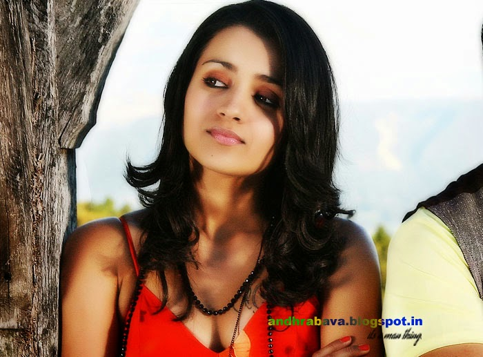 ACTRESS HOT IMAGES: Trisha showing tattoo on her hot clevage