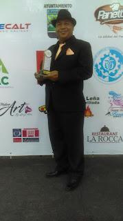 Antonio Garabito recibe estatuilla de comunicador del año  de los  Premios de Oro en Barahona