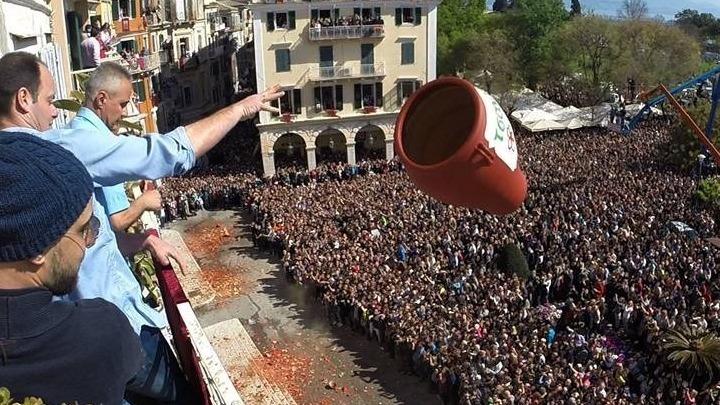 «Βούλιαξε» η Κέρκυρα από τους χιλιάδες τουρίστες