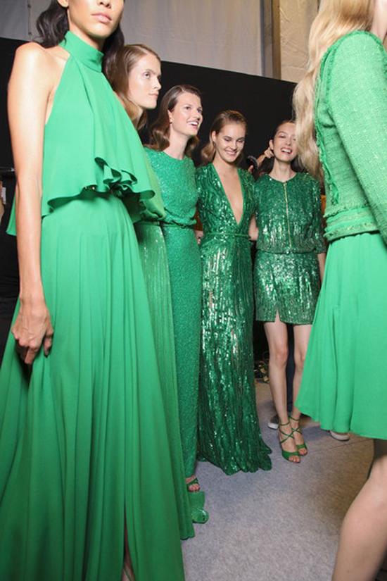 Vestido verde y zapatos azules