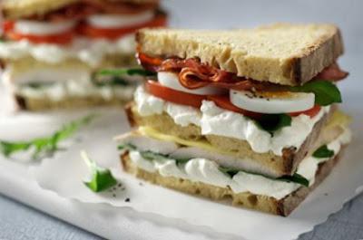 Club sandwich με ζυμωτό ψωμί και Philadelphia