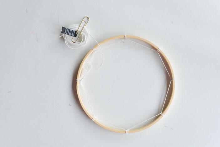 Un nudo en la mitad de cada cuerda