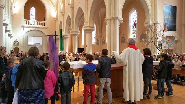 Notre Père autour de l'autel avec les enfants