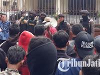 Massa Buruh Gresik Demo Kantor DPRD, Eh Wakil Rakyat Malah Kunker Semua