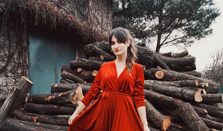 Świąteczny dzień w czerwonej sukni