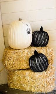 20 Idee Per Decorare Le Zucche Di Halloween Fai-da-te: in bianco e nero