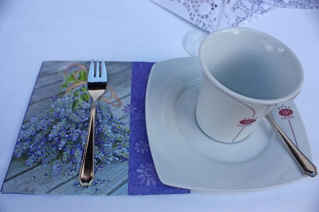 Lavendel-Hochzeit - Kaffee und Kuchen auf der Seeterrasse am Riessersee - Hochzeit in Garmisch-Partenkirchen im Seehaus am Riessersee - Wedding in Garmisch-Partenkirchen - #wedding venu #abroad #wedding garmisch #Hochzeit Garmisch #heiraten #Bayern #Bavaria #Hochzeitshotel