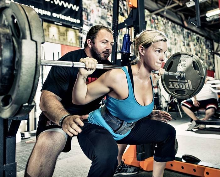 Beneficios de incluir la sentadilla libre en tu rutina de entrenamiento para pierna