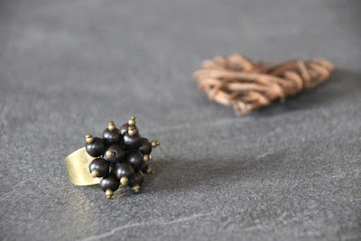 bague fantaisie grappe de perles en bois ébène