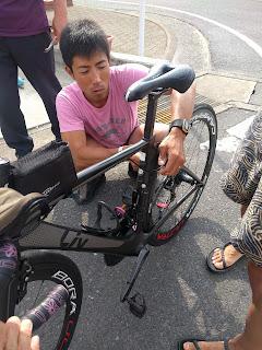 篠崎さんが自転車を修理してくれている