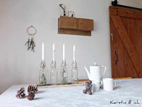 DIY-Adventskranz Glasflasche und bemalte Kerzen