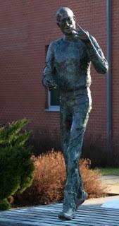 """تمثال في بودابست يبلغ ارتفاعه المترين لستيف جوبز مؤسس مجموعة """"آبل"""""""