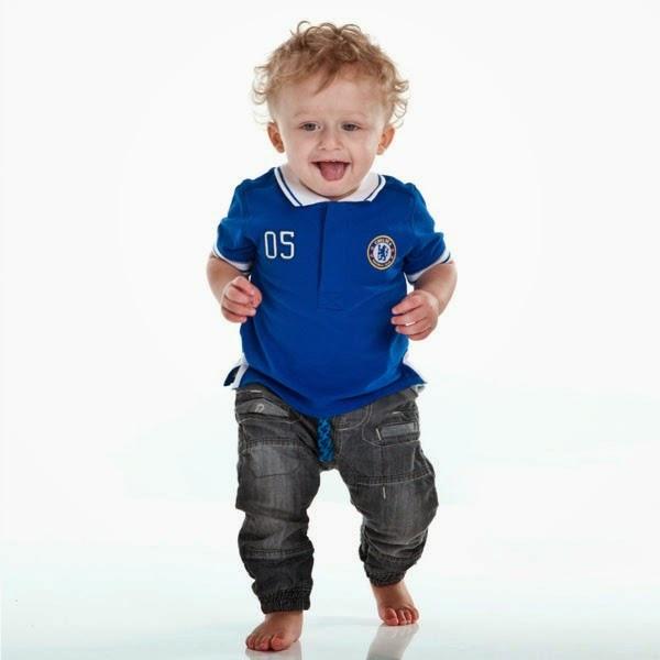Foto bayi laki-laki pakai baju sepak bola chelsea