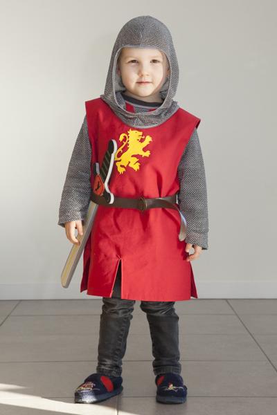 Déguisement de chevalier composé d'un camail, d'un haubert, d'un surcot et d'une ceinture