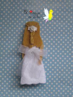 colgante-comunión-muñeca-en-fieltro-personalizada-regalo-comunión-detalle-invitados-elbosqueidelulu-hechoamanoparati