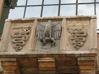 Símbolo da justiça que fica na varanda do prédio da Loggia