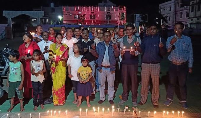 मोमबत्ती प्रज्ज्वलित कर दी पुलवामा के शहीदो को श्रद्धांजलि-पांढुरना पेंशन विहीन कर्मचारी