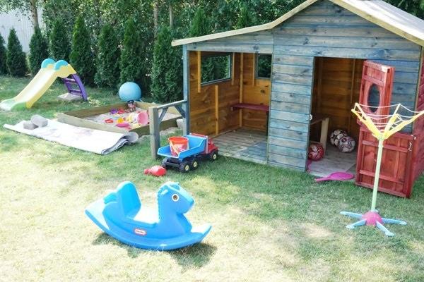 dziecięce zabawki w ogrodzie