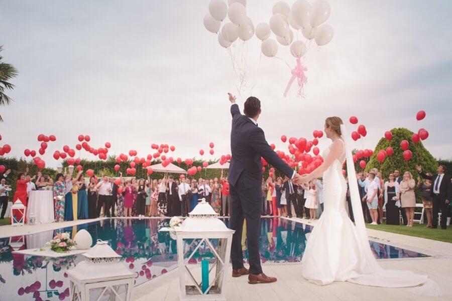 balões no casamento vermelho e branco