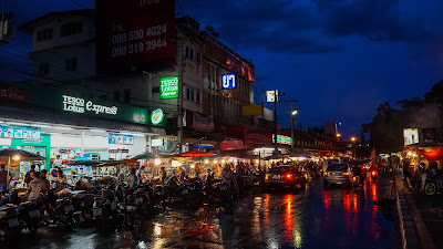 Drizzly evening at Chiang Mai Gate food market