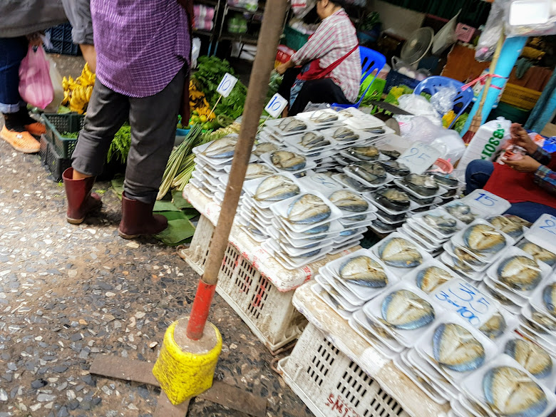 販賣各種魚肉以及蔬果