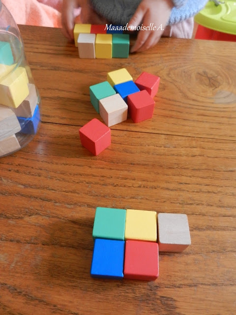 || Activité : Des cubes en bois pour reproduire des suites de couleurs