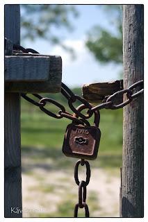 Rozsdás lakat zár le egy kaput